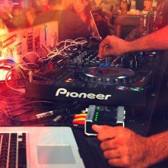 dj som mixar musik på ett event för företag